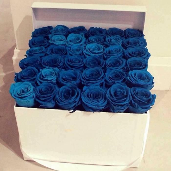 31 синяя крупная роза в коробке R017