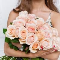 Букет 19 кремовых роз с лентой R012