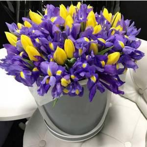 Композиция в коробке тюльпаны и ирисы R1246
