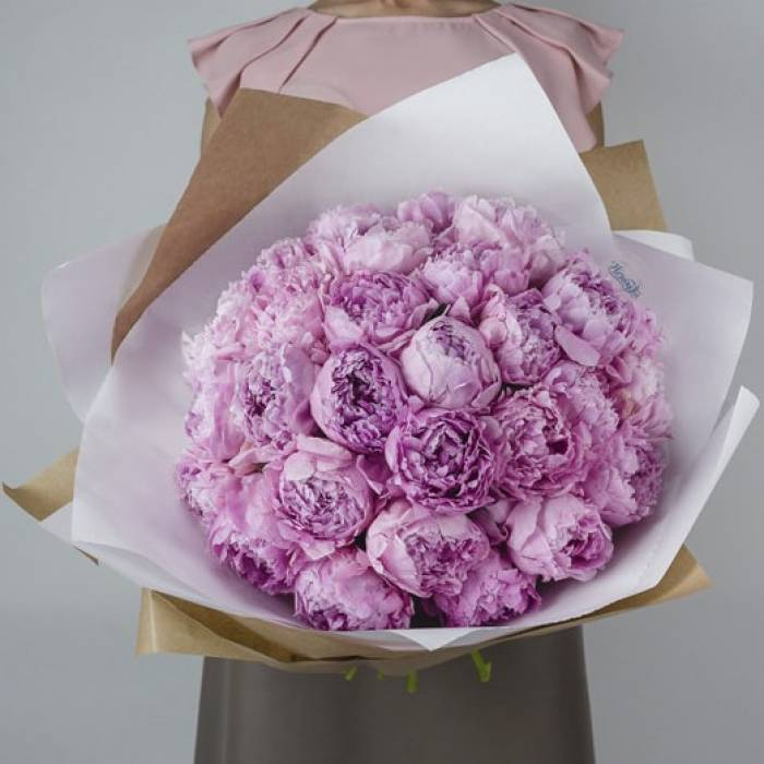 Букет 25 розовых пионов премиум в крафте R869