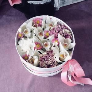 Композиция с орхидеями в коробке R1218