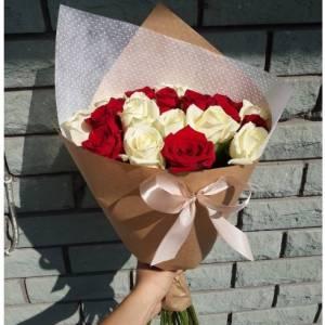 Букет 11 бело-красных роз в крафте R411