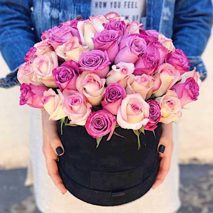 Коробка разноцветных розовых роз в бархатной коробке R449
