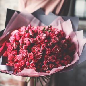 Букет 51 кустовая роза в крафте R456
