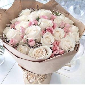 Букет белые и розовые кустовые розы в крафте R152