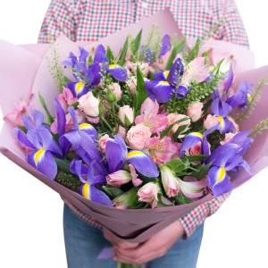 Сборный букет ирисы и кустовые розы с оформлением R357