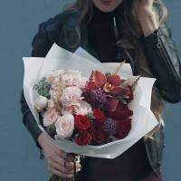 Сборный букет розы и орхидея в крафте R005