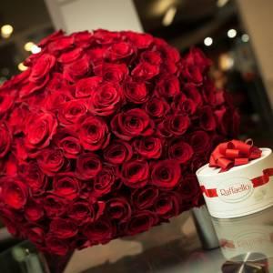 Букет 101 красная роза и Рафаэлло R032