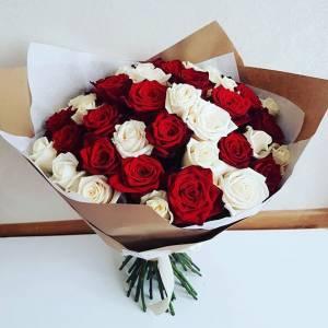 Красивый букет 31 красная и белая роза R031