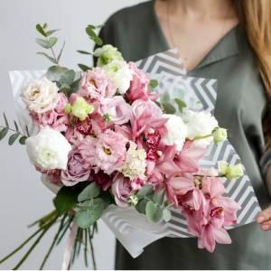 Букет орхидеи, розы и эустома в упаковке R638